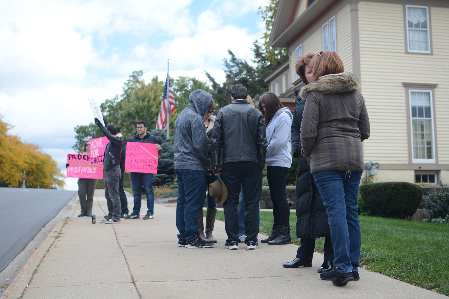 Students gather to pray outside of abortion clinic. Another group gathers to protest. Photo Credit Rachel Evans