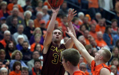 Men's basketball upsets Hope in OT